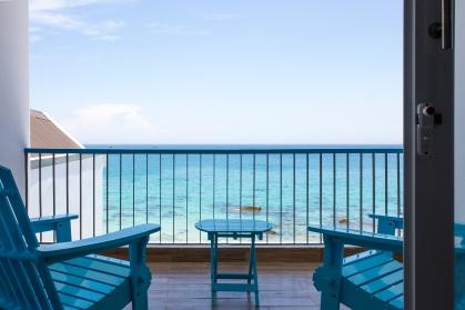 Balcony rộng rãi với ghế nghỉ dưỡng
