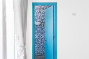 Cửa phòng tắm con tàu màu xanh