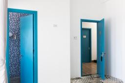 Cửa phòng màu xanh